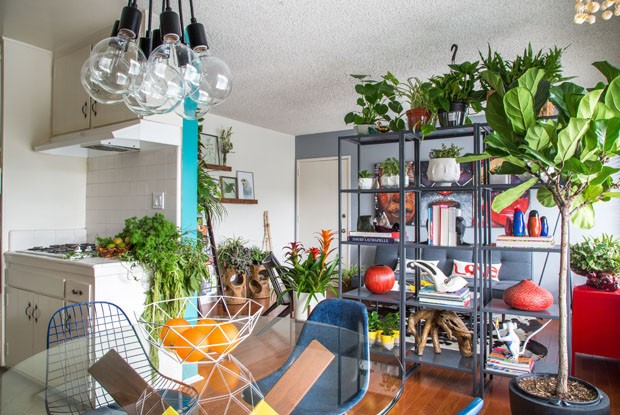 Madeira e muitas plantas decoram apartamento na Califórnia (Foto: Divulgação)