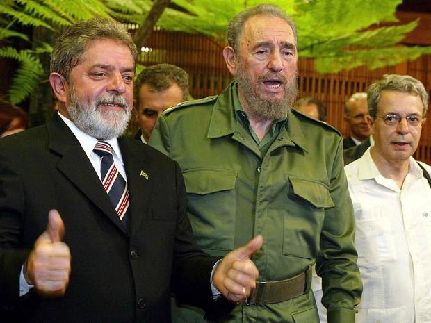 Setembro/2003 - O presidente do Brasil, Luiz Inácio Lula da Silva, posa com o presidente de Cuba, Fidel Castro, ao ser recebido no Palácio da Revolução em Havana, durante visita oficial de 2 dias (Foto: Adalberto Roque/AFP/Arquivo)