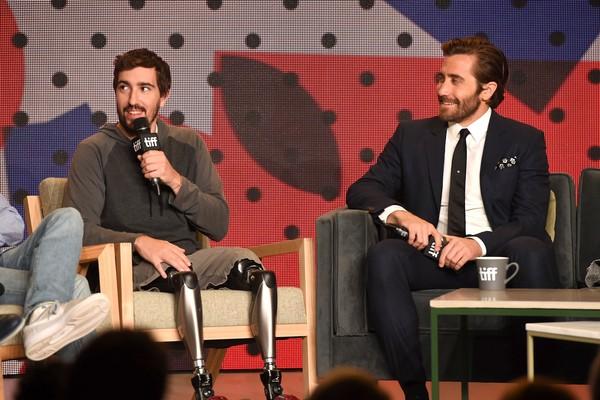 O ator Jake Gyllenhaal e o escritor Jeff Bauman, vivido pelo astro no filme Stronger (Foto: Getty Images)