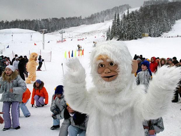 Homem vestido de yeti, ou Abominável Homem das Neves, em estação de esqui na Sibéria (Foto: Divulgação/sheregesh.su)