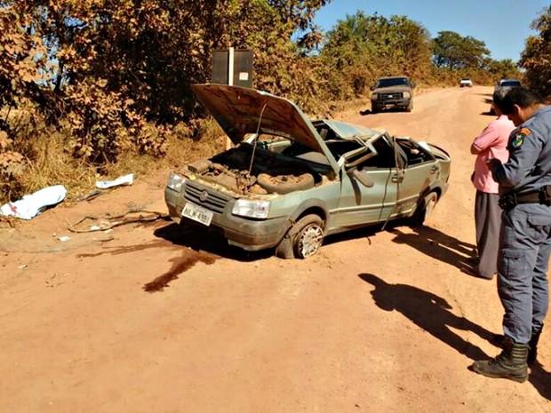Carro conduzido pelo ex-prefeito capotou em rodovia estadual (Foto: Catulé News)