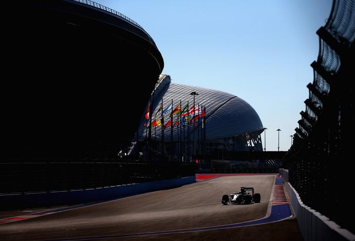 Lewis Hamilton foi o mais rápido na sexta-feira de treinos livres em Sochi, GP da Rússia (Foto: Getty Images)