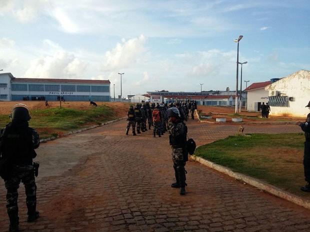 HOmens da Força Nacional e do BPChoque entraram em Alcaçuz nesta quinta-feira (Foto: Divulgação/Polícia Militar do RN)