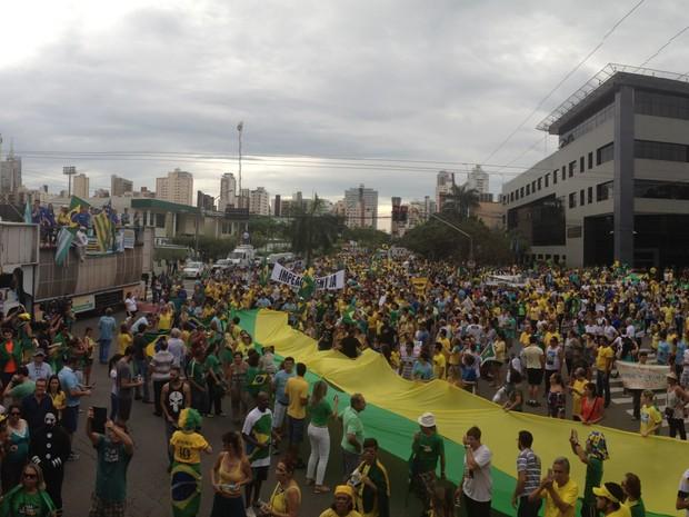 Manifestantes em frente à sede da Polícia Federal, em Goiânia, Goiás (Foto: Vitor Santana/G1)