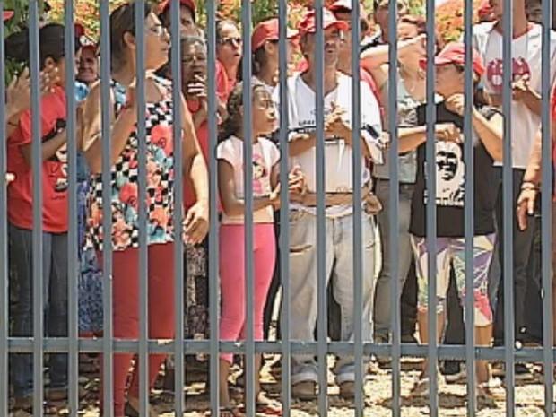 Entrada da fazenda foi fechada pelos invasores  (Foto: Reprodução / TV TEM)