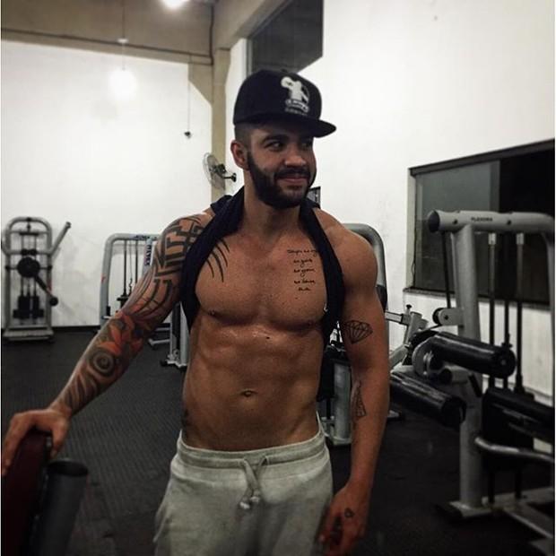 Gusttavo Lima posa sem camisa após malhação (Foto: Instagram/ Reprodução)