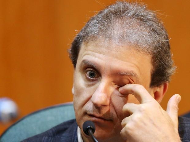 O doleiro Alberto Youssef presta depoimento na CPI da Petrobras, no prédio da Justiça Federal, em Curitiba (PR). A CPI deve ouvir os 13 investigados pela Operação Lava Jato que estão presos no Paraná (Foto: Rodolfo Buhrer/Reuters)