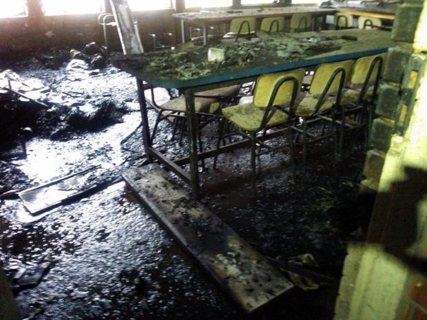 Criminosos invadiram e incendiaram uma escola na Zona Norte de Porto Alegre (Foto: Ivani Schutz/RBS TV)