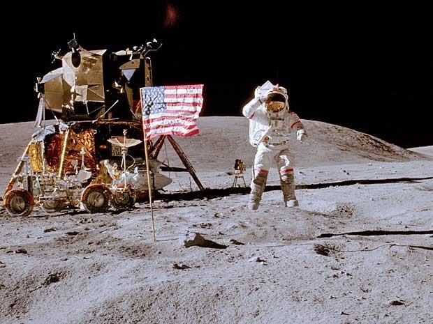 Imagem de arquivo da Nasa, feita em 1972, mostra o astronauta John W. Young, comandante da missão 16, na superfície lunar, saudando a bandeira dos EUA. (Foto: Nasa / Charles M. Duke Jr / AFP Photo)