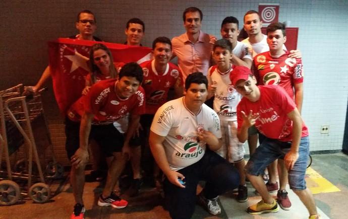 Torcida recepciona elenco do Rio Branco com festa no aeroporto Plácido de Castro (Foto: Duaine Rodrigues)