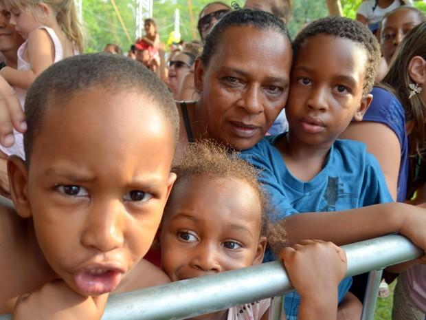 Luzia de Fátima Moares e os netos na festa de Noel em Piracicaba (Foto: Fernanda Zanetti/G1)