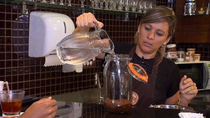 A barista Carla Lima ensina receitas refrescantes de café (Foto: TV Bahia)
