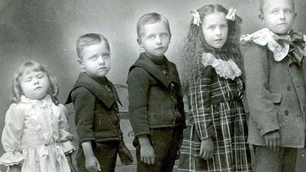 Na Era Vitoriana, era comum que famílias tivessem muitos filhos e que muitos morressem antes dos cinco anos; nesta foto, a criança à esquerda está morta e foi colocada de pé para o registro  (Foto: Domínio Público)