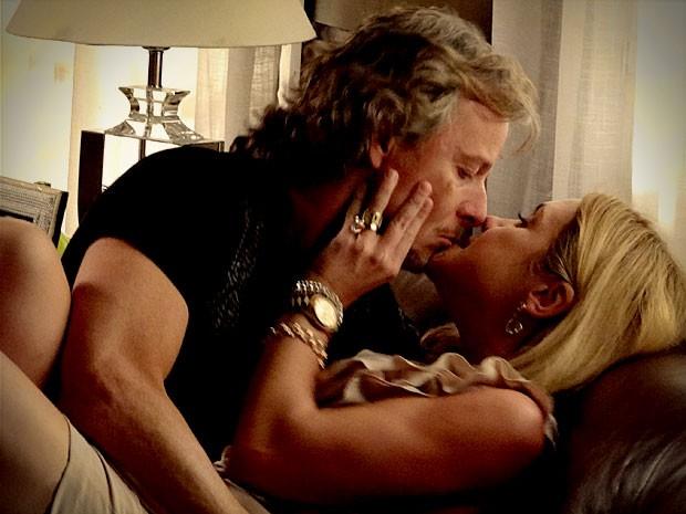E os amantes, claro, comemoram os planos com aquele beijão (Foto: Avenida Brasil/TV Globo)
