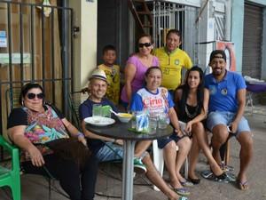 Família se reúne para aguardar apuração dos votos das Eleições 2014, no Amapá (Foto: Rafael Moreira/G1-AP)