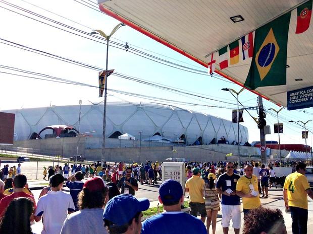Avenida em frente à Arena da Amazônia com movimentação intensa de torcedores (Foto: Muniz Neto/G1 AM)