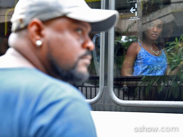 Alice vê suspeito de estupro de Neidinha pela janela do ônibus (Foto: Pedro Curi/ TV Globo)