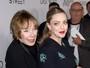 Amanda Seyfried, grávida, recebe o carinho de Shirley MacLaine