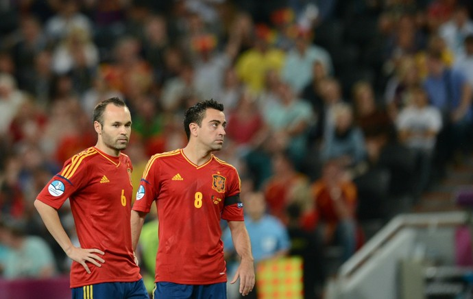 Iniesta Xavi Espanha (Foto: AFP)