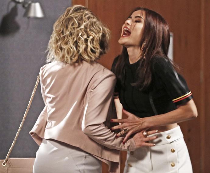 As duas discutem e se empurram (Foto: Inácio Moraes / Gshow)