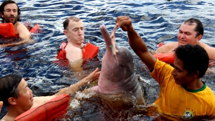 Turistas fazem mergulho com boto no Amazonas (Foto: Camila Henriques/G1)