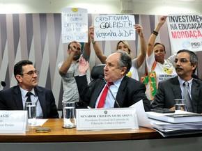 Senador Cristovam Buarque é chamado de golpista por manifestantes em comissão de Educação no Senado (Foto: Geraldo Magela/Agência Senado)