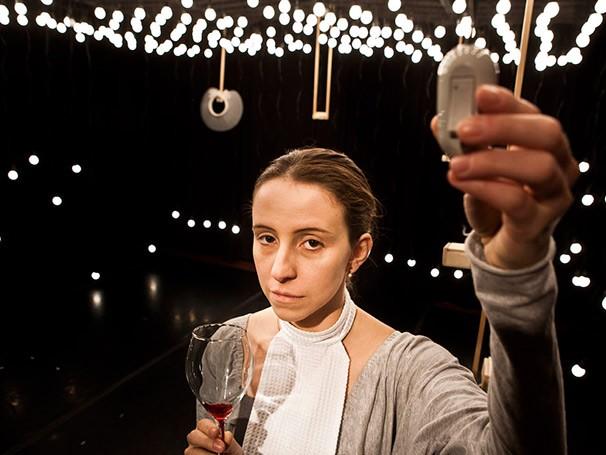 O elenco controla a iluminação do palco, que tem 380 lâmpadas incandescentes (Foto: Ding Musa)