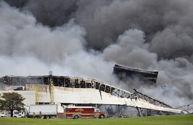 Fogo se alastra por galpão da fábrica (Foto: Timothy D. Easley/AP)