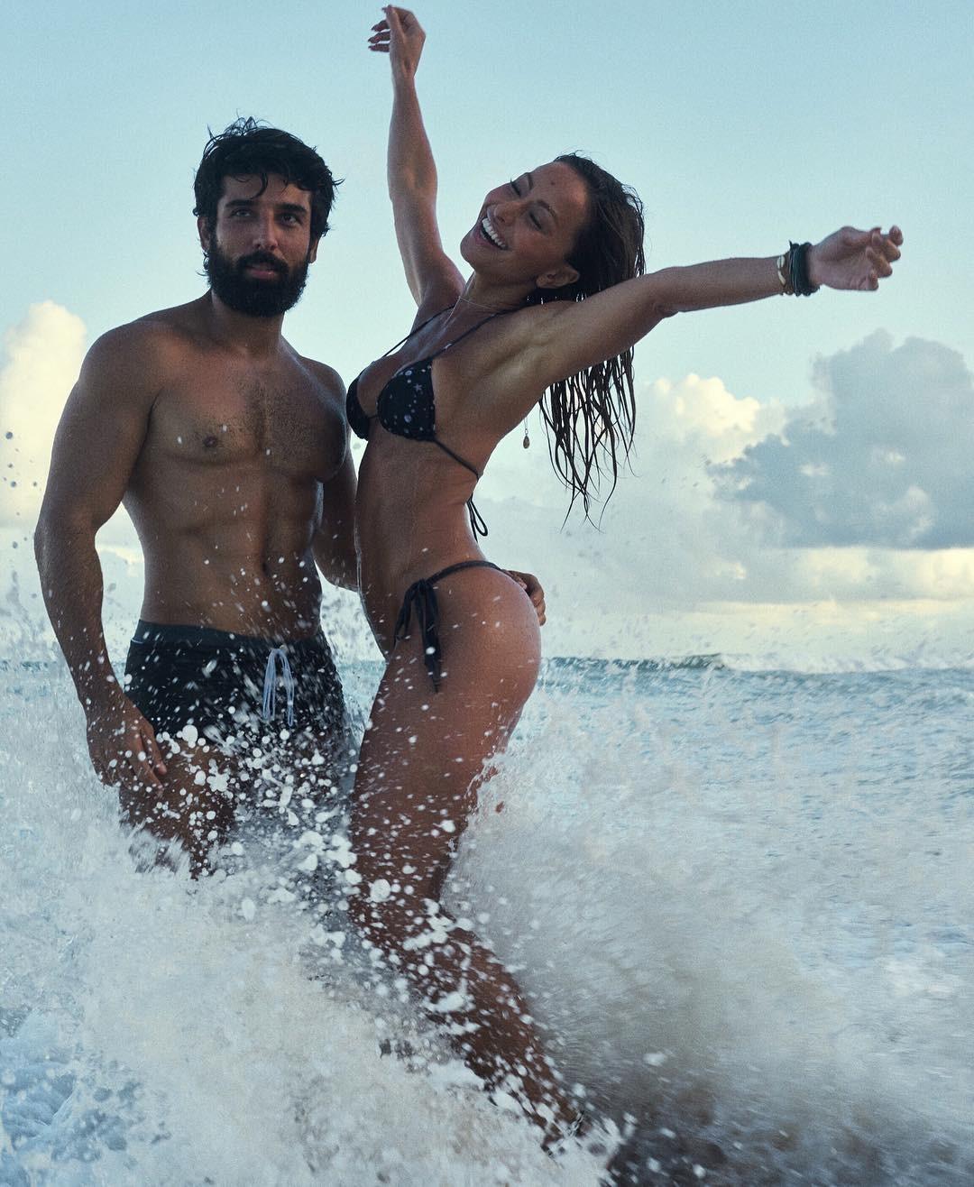 Sabrina e amigos: no mar com o beauty artist Rodrigo Costa (Foto: Reprodução/Instagram)