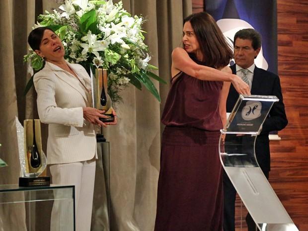 Úrsula sobe no palco e dá um tapa na cara de Maria Inês (Foto: Raphael Dias/Gshow)