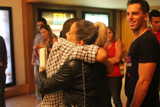 Danielle Winits parabeniza Eri Johnson após peça (Foto: Daniel Delmiro/Ag News)