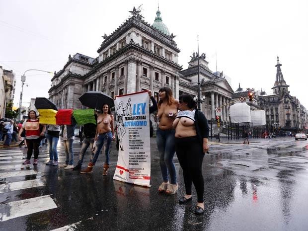Seminuas, prostitutas fazem protesto na frente do Parlamento argentino (Foto: Marcos Brindicci / Reuters)