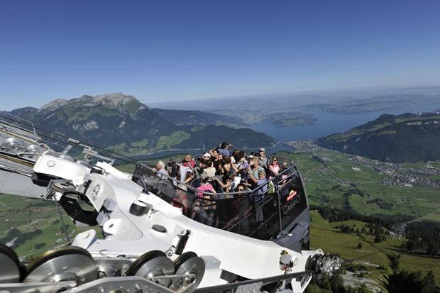 No total, 60 pessoas podem ser transportadas por vez – 30 na parte superior - até o topo do Monte Stanserhorn  (Foto: Reprodução/Stanserhorn-Bahn)