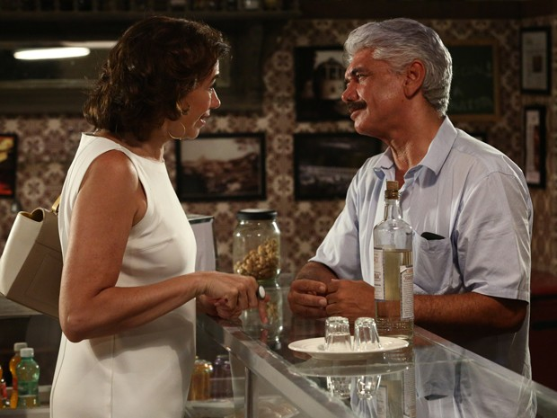 Marta insiste em saber do Comendador (Foto: Raphael Dias / Gshow)