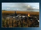 Avião cai, pega fogo ao bater em rede elétrica e passageiros sobrevivem
