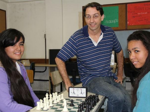 Professor Daniel Pereira, xadrez na escola Benjamin Constant (Foto: Divulgação/Alessandra de Paula)