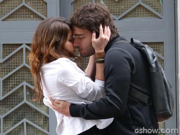 Que fofo!!! Davi pede para Manu abraçá-la (Foto: Geração Brasil/TV Globo)