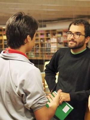 Caio Dib conversa com aluno do ensino médio da Escola Sesc, no Rio (Foto: Arquivo pessoal/Danilo España)