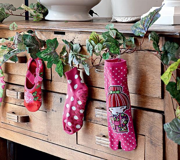Compre pares de meia novos para a família e exponha um pé de cada pendurado em uma cômoda ou aparador (Foto: Iara Venanzi/Casa e Jardim)