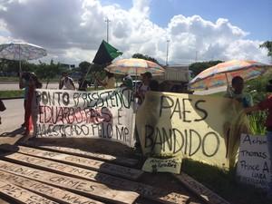Ativistas realizam protesto contra campo de golfe olímpico (Foto: Henrique Coelho/G1)