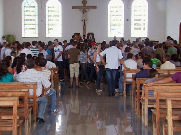 Três vítimas foram veladas na Igreja de Noss Senhora em Alterosa (Foto: Reprodução EPTV / Erlei Peixoto)