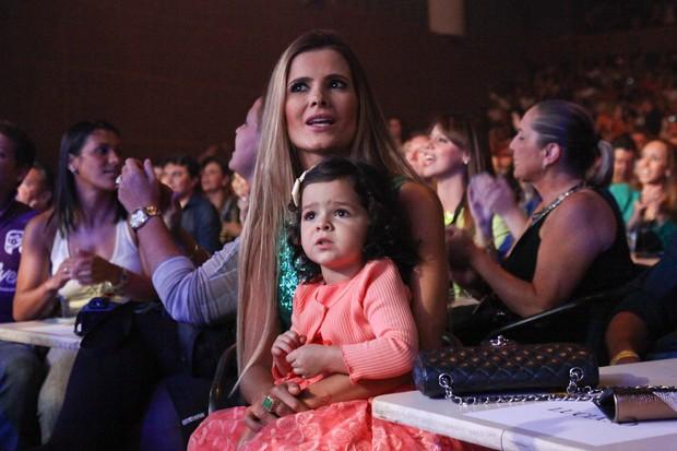 Flávia Fonseca, mulher de Luciano, assiste show com a filha Helena no colo (Foto: Manuela Scarpa/Photo Rio News)
