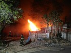 Bombeiros combatem incêndio em galpão de fábrica de Itaquaquecetuba