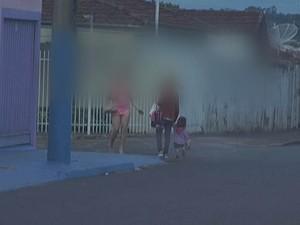 Garota de programa passa ao lado de mãe e filha no bairro (Foto: Reprodução / TV TEM)