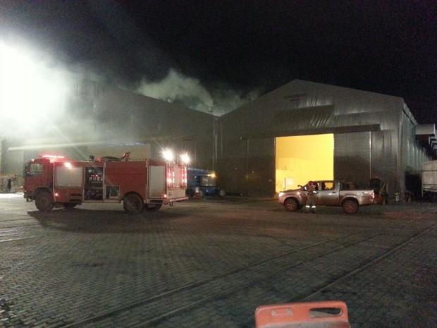 Incêndio atinge galpão de celulose no Porto do Itaqui em São Luís (Foto: Tiago Haickel)