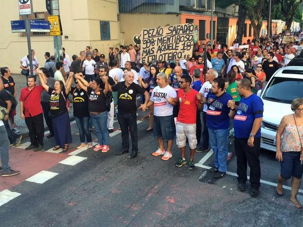 Profissionais da educação do Rio fizeram passeata até o Palácio Guanabara (Foto: Nicolás Satriano/G1)