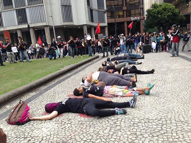 Dez pessoas deitaram em desenhos de corpos em frente à Igreja Candelária, em torno de 17h40. (Foto: Isabela Marinho / G1)