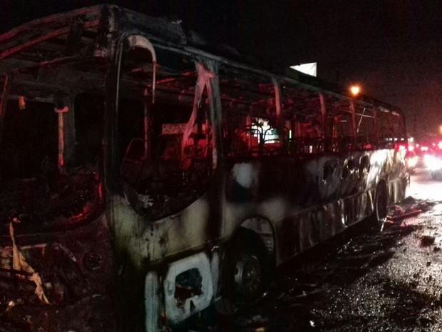 Dois ônibus foram alvos da ação criminosa (Foto: Divulgação/ PRF)