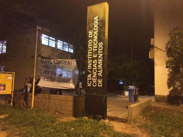 Faixa colocada por manifestantes e movimentaçãp em sede da UFRGS (Foto: Bernardo Bortolotto/RBS TV)