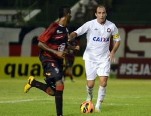 Paulo Baier durante Vitória 3x2 Atlético-PR, pelo Campeonato Brasileiro (Foto: Site oficial do Atlético-PR/Gustavo Oliveira)